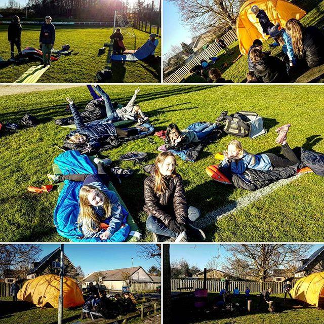 """<a target=""""_blank"""" href=""""https://instagram.com/pernillemariezoey/""""><b>pernillemariezoey</b></a> De dejlige unger fik øvet sig på at slå telt op, lave bål og pakke sovepose og liggeunderlag sammen, for på fredag skal vi på fortræningsweekend til landslejr  #FDFLL #FDFlandsdel2 #fdf #ståsted #outdor"""