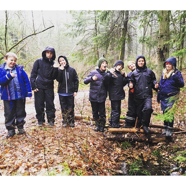 """<a target=""""_blank"""" href=""""https://instagram.com/fdfarnborg/""""><b>fdfarnborg</b></a> Regnvejr , kreative unger og vandløb er et sikkert hit. #FDFLL #ståsted #sletten #scout #fdfarnborg"""