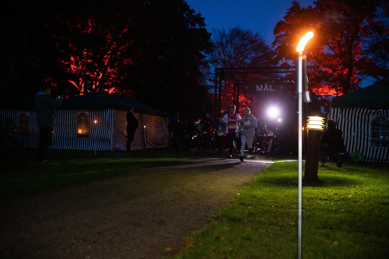 I flammernes skær gik starten til dette års fakkelløb i Bangsboskov. Michael Madsen.