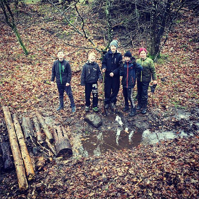 """<a target=""""_blank"""" href=""""https://instagram.com/fdfarnborg/""""><b>fdfarnborg</b></a> #koldetæerogvådehandsker #fdf #ståsted #sletten #scout dæmning er en svær og sjov disciplin #fdfarnborg"""