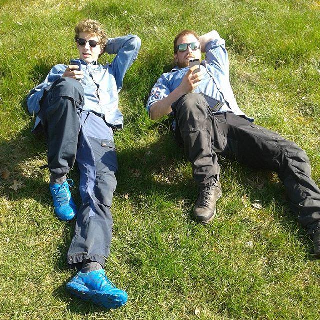 """<a target=""""_blank"""" href=""""https://instagram.com/fdfsilkeborg1kreds/""""><b>fdfsilkeborg1kreds</b></a> Væbnerlederne hygger sig i solen, mens de venter på nogle lidt langsomme væbner ;) #fdfsilkeborg1 #fdf #ståsted #fdfoplevelser #solskin #væbner #totalkodylt"""